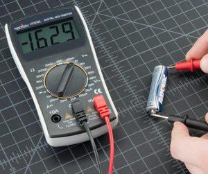 Как узнать заряд батарейки мультиметром