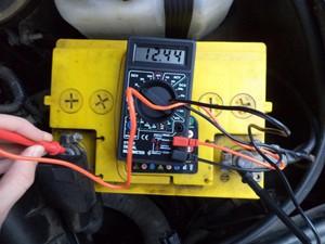 Как проверить аккумулятор автомобиля: емкость и зарядка