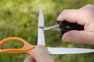 Применение напильника для заточки ножниц